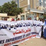مسيرةاحتجاج لممرضين وقابلات امام وزارة الصحة يطالبون بالاكتتاب